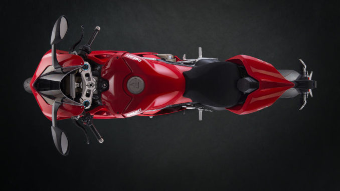 Studioaufnahme einer roten Ducati Panigale V4 S des Modelljahres 2018 von oben.