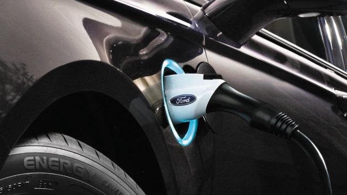 Ladevorgang bei einem Ford Fusion Energi mit Ford Logo auf dem Ladestecker