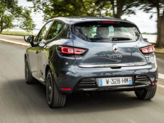 Heckaufnahme eines grauen Renault Clio des Modelljahres 2016 mit hoher Geschwindigkeit.