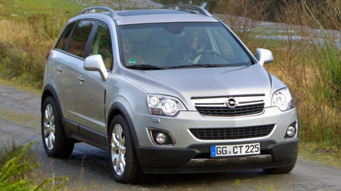 Silberner Opel Antara auf einem Feldweg