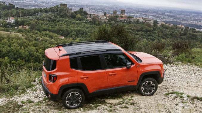 Ein Jeep Renegade in Orange im Gelände
