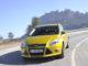 Kurvenfahrt eines gelben Ford Focus, Modelljahr 2012