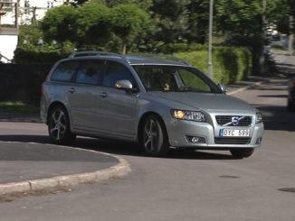 Kurvenfahrt eines silbernen Volvo V50, Modelljahr 2012.