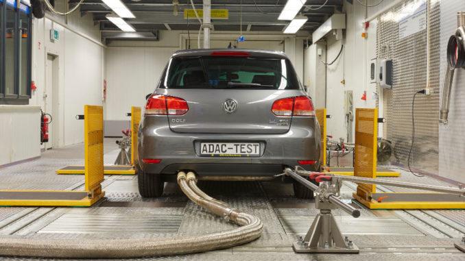 Abgasmessung eines VW Golf 2.0 TDI in einem ADAC-Prüfstand.