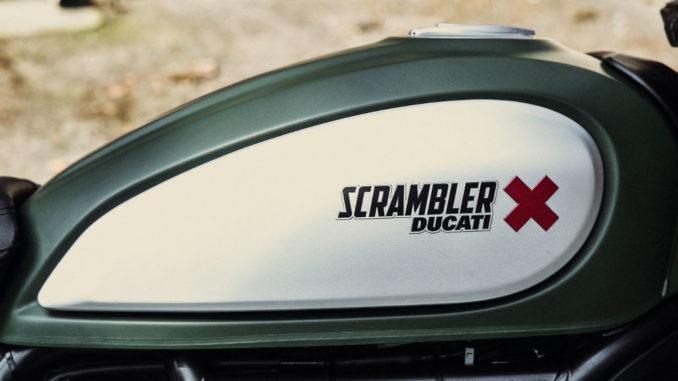 Motorrad-Tank einer Ducati Scrambler.