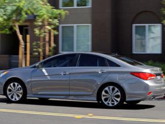 Pkw Hyundai Sonata in Silber auf einer amerikanischen Straße