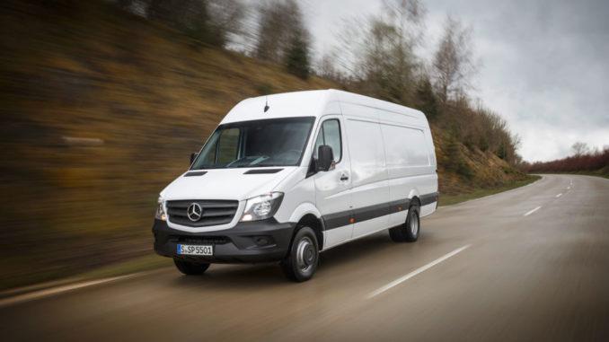 Weißer Transporter Mercedes-Benz Sprinter auf einer Landstraße
