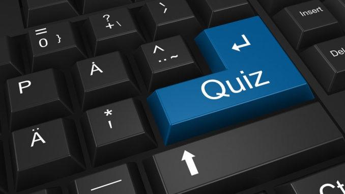 """Schwarze Computertastatur, bei der die blaue Enter-Taste mit dem Wort """"Quiz"""" versehen ist."""