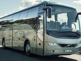 Silberner Reisebus Volvo 9700, Modelljahr 2016, fährt auf einer Landstarße