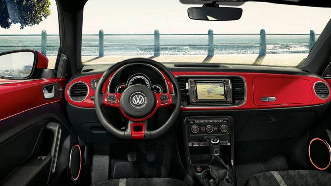 "Innenraum des VW Beetle Sondermodells ""Design"" mit Blick aufs Meer"