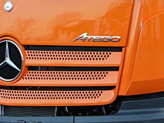 Großaufnahme des Modellschriftzugs auf einem orangenen Mercedes-Benz Atego auf der IFAT 2016.