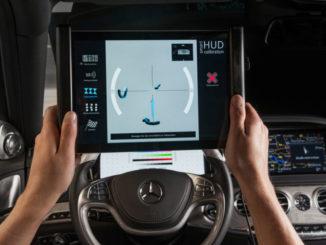 Kalibrierung von Head-up Displays (HUD) mit mobilem Endgerät: Auf dem Bildschirm erhält der Mitarbeiter über Pfeile Hinweise, in welche Position er das Tablet bringen muss. Ist diese erreicht, wird automatisch eine Aufnahme über die zweite Kamera ausgelöst und das Bild analysiert. Die abgeleiteten Einstellparameter werden über WLAN via OBD-Schnittstelle an das Steuergerät des HUD gesendet und dieses entsprechend justiert.