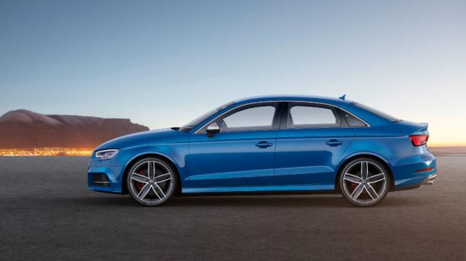 Eine blaue Audi S3 Limousine, fotografiert von der Seite vor einem Abendhimmel.