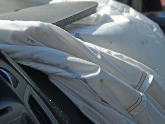 Abbildung eines ausgelösten Beifahrerairbags als Symbolbild für Airbags