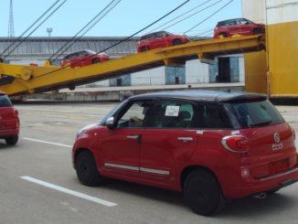 Zahlreiche rote Fiat 500L werden auf ein Schiff gefahren, um sie nach Nordamerika zu exportieren.