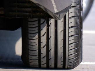 Abbildung eines Reifens in Großaufnahme von vorne als Symbolbild für Räder und Reifen.