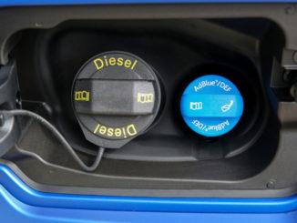 Geöffnete Tankklappe bei einem blauen VW Amarok mit den Einfüllstutzen für Dieselkraftstoff und Adblue.
