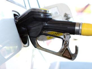Abbildung einer Zapfpistole beim Betanken eines Fahrzeugs als Symbolbild für Kraftstoffsystem.