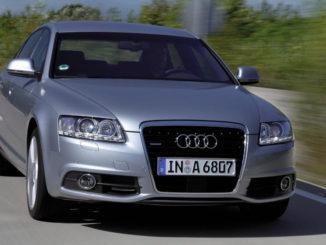 Ein silberner Audi A6 von vorner fotografiert während einer Autobahnfahrt.