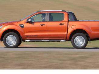 Profil eines Ford Ranger auf einer Landstraße in einer hügeligen Graslandschaft.