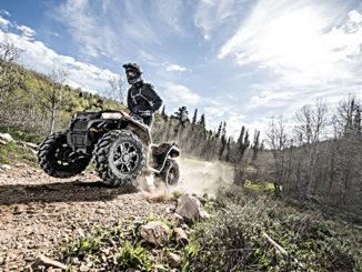 Geländefahrt eines ATV Polaris Sportsman XP 1000.