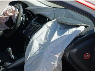 Zwei ausgelöste Airbags in einem Unfallwagen.