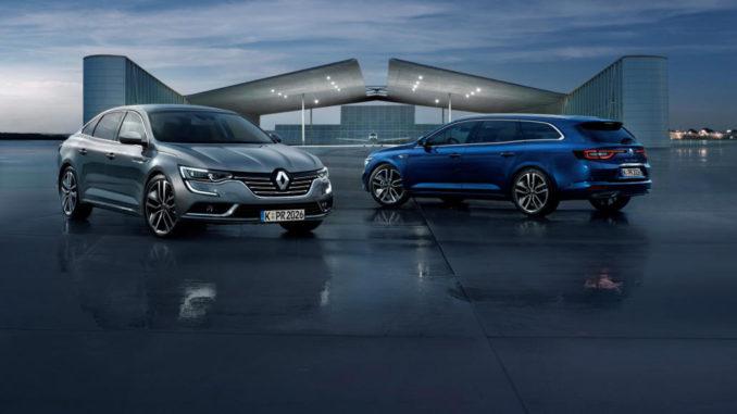 Zwei Renault Talisman, eine silberne Limousine und ein blauer Kombi, stehen vor einem futuristischen Gebäude.