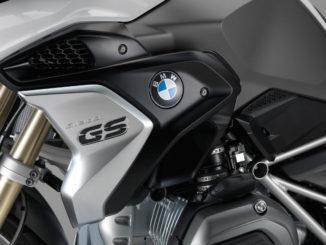 Studioaufnahme einer silbergrauen BMW R 1200 GS im November 2016