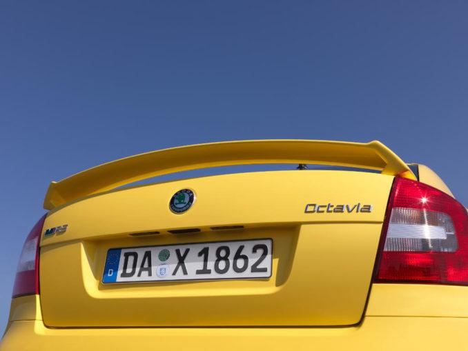 Heck eines gelben Skoda Octavia RS Limousine des Modelljahres 2013.