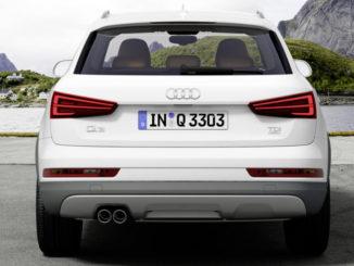 Heck eines weißen Audi Q3 vor einer Bergkulisse.