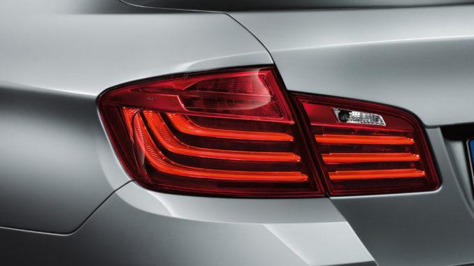 Großaufnahme einer Heckleuchte einer silbernen BMW 5er Limousine (Luxury Line) (05/2013)