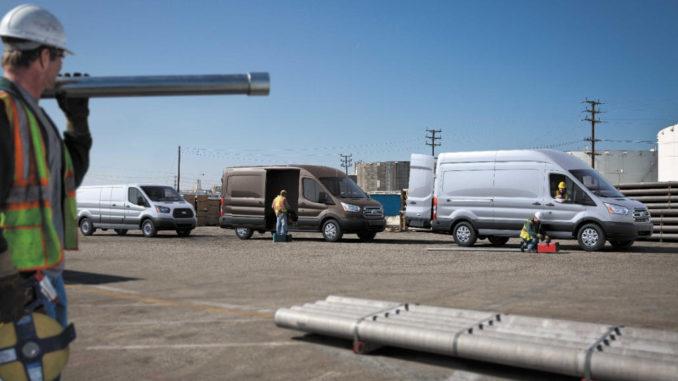 Mehrere Ford Transit im Einsatz auf einer Baustelle in den USA.
