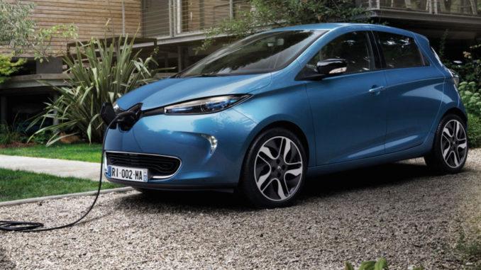 Ein blauer Renault Zoe wird vor einem Haus aufgeladen.