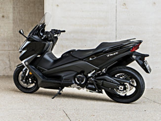Eine schwarze Yamaha T-Max steht vor einer Betonwand.