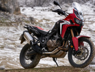 Eine rote Honda CRF1000 (AfricaTwin) steht 2018 in einem verschneiten Steinbruch.