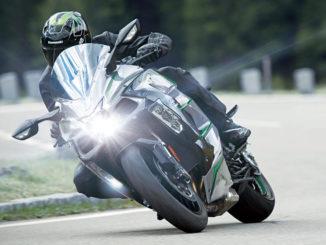 Eine Kawasaki Ninja H2 SX SE+ fährt 2019 auf einer Passstraße.