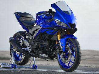 Eine blaue Yamaha-YZF-R3 steht 2019 auf einer Rennpiste.