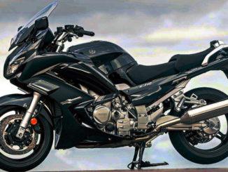 Eine schwarze Yamaha FJR1300 steht 2020 auf einer Asphaltfläche.
