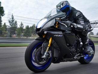 Eine Yamaha R1M des Modelljahres 2020 fährt über eine Rennstrecke.