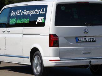 Ein weißer Abt E-Caravelle VW Bus fährt 2019 durch Allgäu.