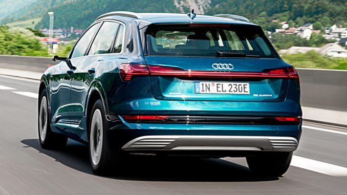 Ein blauer Audi e-tron 55 quattro fährt 2019 auf einer Autobahn.