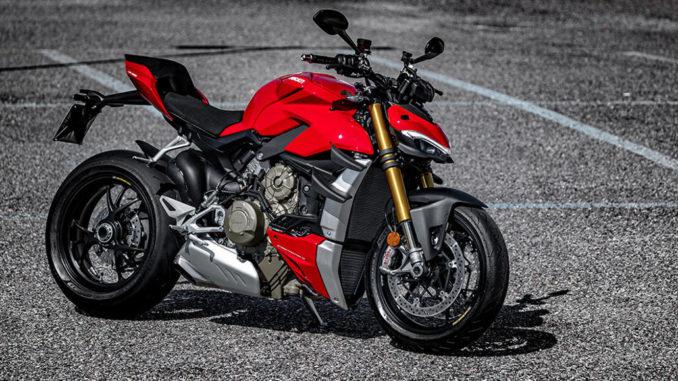 Eine rote Ducati Streetfighter 4S steht 2020 auf einem Parkplatz.