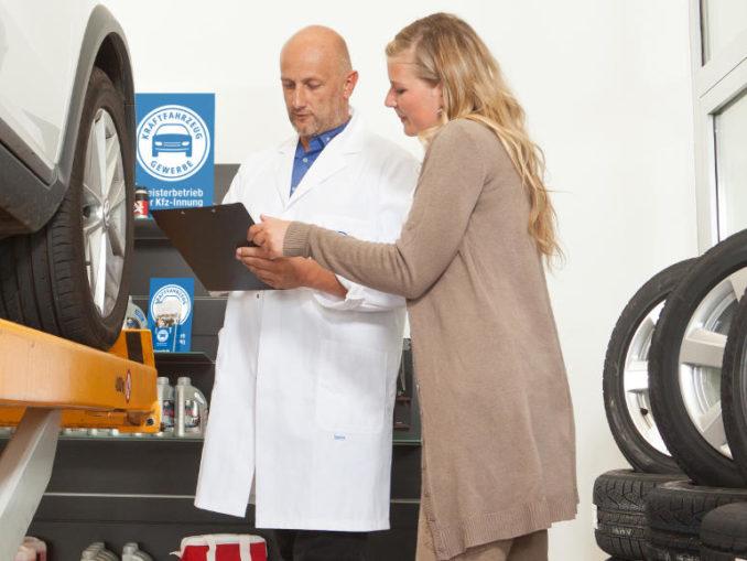 Der Servicemitarbeiter eines Kfz-Betriebs bespricht mit der Kundin im Rahmen der Dialogannahme die durchzuführenden Arbeiten an ihrem Fahrzeug.