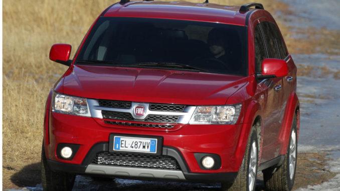 Ein roter Fiat Freemont fährt durch Gelände.