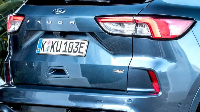 Großaufnahme des Hecks eines blauen Ford Kuga PHEV, aufgenommen 2020.