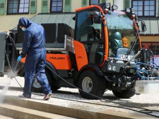 Ein Kommunalfahrzeug von Holder der C-Reihe (WRS200) beim Reinigungseinsatz in Reutlingen.