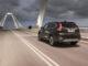 Ein schwarzer Honda CR-V fährt über eine Brücke.