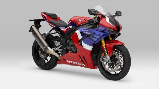 Studioaufnahme einer rot-blauen HONDA CBR1000RR-R (Fireblade) des Modelljahres 2020.