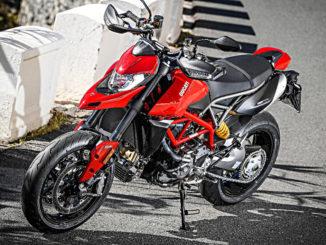 Eine rote Ducati Hypermotard 950 steht 2018 auf einer Landstraße