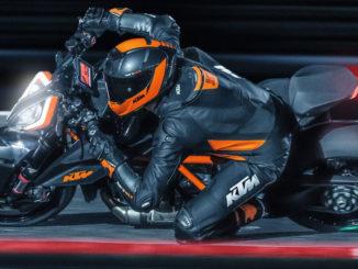 Der Fahrer einer KTM KTM 1290 SUPER DUKE Rdes Modelljahres 2020 legt sich in die Kurve.
